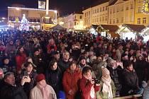 Na Masarykovo náměstí si přišlo koledy zazpívat na dvě stě padesát lidí. Zazpívaly děti ze ZŠ Pražská.