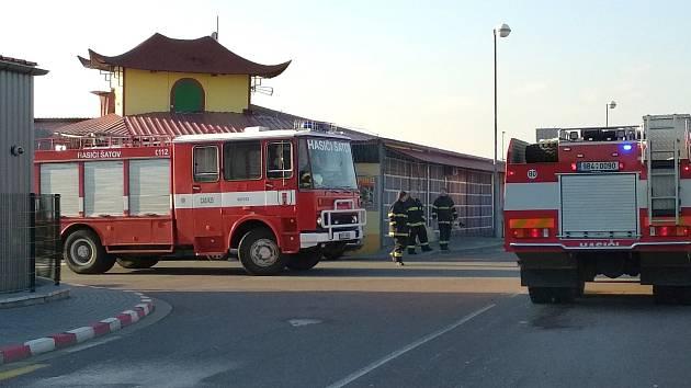 Několik jednotek hasičů zasahovalo u ohlášeného požáru v asijské tržnici v Hatích u Chvalovic.