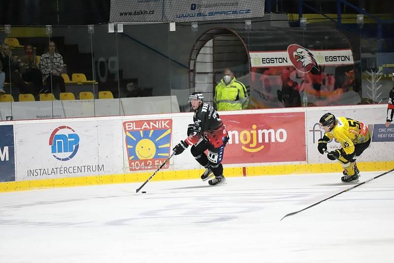 Znojemští hokejisté (v černém) odehráli v neděli první domácí utkání před zraky několika tisíc diváků. Hostili tým Vídně.