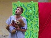 Zámek v Moravském Krumlově hostil poprvé přehlídku ochotnických divadel Bezgestfest. První představení odehráli studenti ze spolku Eďas.