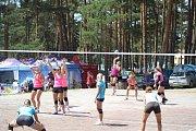 Volejbalový turnaj týmů mužů a žen na pláži Vranovské přehrady.
