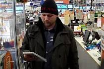 Počítačové hry měly velmi zajímat dvojici mužů, která ve Znojmě hned dvakrát v jednom dni navštívila specializovanou prodejnu elektro. Teď po mužích pátrají policisté.