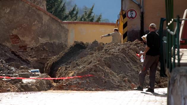 Ve Znojmě v areálu pivovaru provedli dělníci výkop, který je načerno.