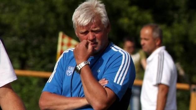 Trenér Tibor Duda je nejen na lavičce juniorky, ale pomáhá také jako asistent A týmu.