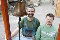 Truhlář František Vostál připravil pro letošní advent v Miroslavi novinku. Zvoničku, u které bude i schránka na dopisy Ježíškovi, kterou vyzdobil malíř Jaroslav Ševčík.