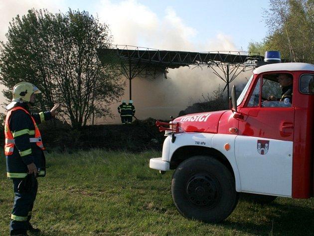 Požár v areálu bývalé vojenské střelnice u Mašovic.