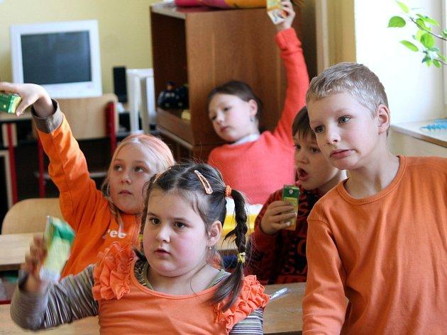Z každoročního vítání jara v pestrobarevném oblečení se radují žáci základní školy na náměstí Republiky ve Znojmě.