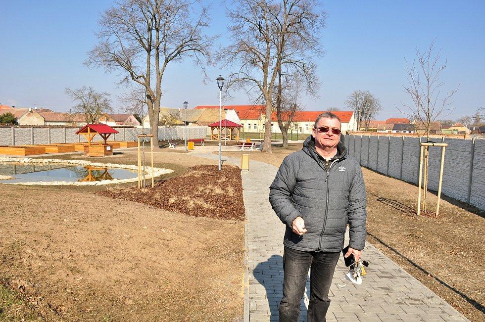 Zahrada za bydlením pro seniory. Na snímku místostarosta Hevlína Václav Čaj