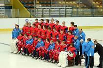 Fotografování týmů, poslední uklízení prostor stadionu, akreditace novinářů, organizačních pracovníků, rozhodčích, scoutů, navážení různého materiálu a také tréninky mládežnických reprezentací. Tak vypadala středa před zahájením mistrovství světa hokejist