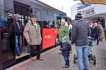 Početnou skupinku lidi odvezla od znojemského nádraží osm minut po deváté linka číslo 805.