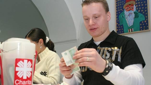 Charita počítá první pokladničky. Ilustrační foto