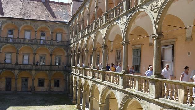 Dlouho očekávaná oprava jižního křídla zámku v Moravském Krumlově začala ve čtvrtek slavnostním sekáním na nádvoří zámku.