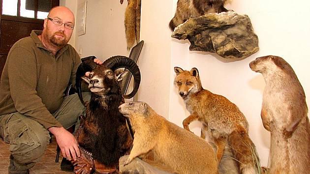 Vyučený zámečník Marian Kucharík se řízením osudu stal před deseti lety profesionálním preparátorem. Dnes má za sebou stovky prací, včetně takových specialit, jako jsou medvědi, krokodýli či afriské antilopy impala.