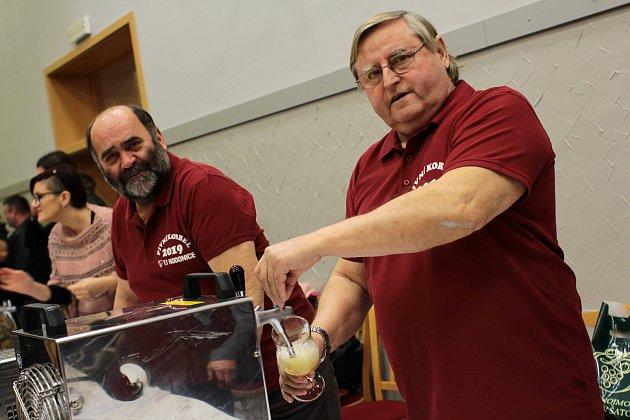 Sládkové František Štrejbar a Jan Bílek čepují své pivo na sedmém ročníku hodonického Pivního korbelu.