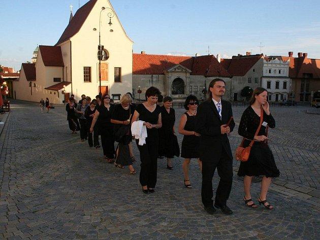 Tradičním smutečním průvodem vyšli organizátoři Hudebního festivalu Znojmo od Městského divadla do kostela svatého Mikuláše, kde pátý ročník znojemských svátků hudby uzavřelo provedení nejslavnějšího Haydnova duchovního díla oratoria Stvoření.