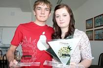 Šárka Krontorádová a Tomáš Kňazovčík s cenou Pineapple challenge.