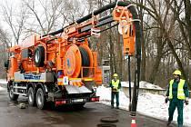 Speciální vůz pro čistění kanálů s vlastní recyklací vody znojemské divize Vodárenské akciové společnosti. Ilustrační foto.