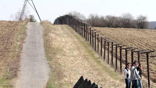 U Čížova na Znojemsku se dochovalo tři sta metrů drátěného zátarasu s pozorovatelnou, kterou za socialismu využívala pohraniční stráž k ostraze státní hranice Československa. Jde o jediný původní úsek železné opony v zemi.