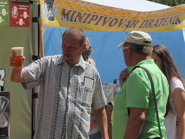 Centrum Znojma zaplnily v sobotu odpoledne davy lidí. Kromě piva je lákaly koncerty nejrůznějších žánrů.