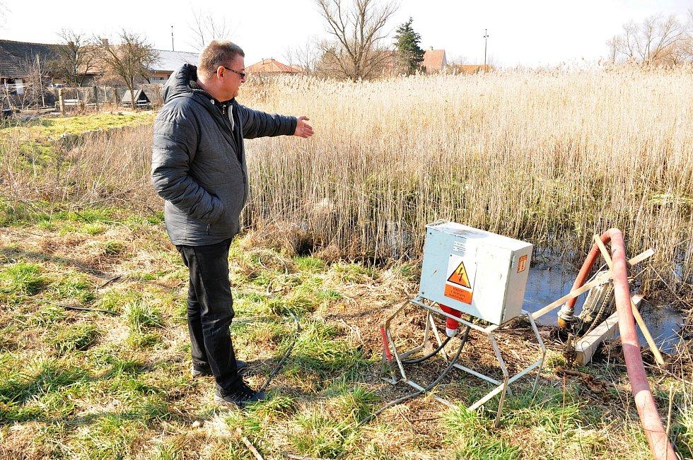 Zajistí jim dostatek vody ve studních, v Hevlíně obnovují osm rybníků po předcích. Na snímku původní stav na jaře 2021 při zahájení prací.