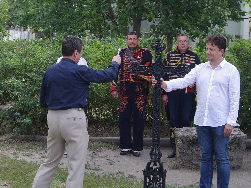 U příležitosti vzpomínek na 210 let od bitvy u Znojma příznivci vojenské historie a členové spolků nechali požehnat pamětní kříž, který bude přípomínat padlé pohřbené na zaniklém hřbitově ve Znojmě.