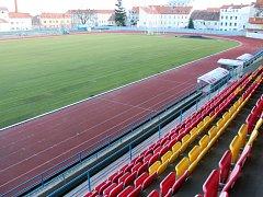 Fotbalové hřiště na znojemském atletickém stadionu určené pro prvoligová utkání má zatím jen nový vyhřívaný trávník. Na ostatní opravy musí čekat.
