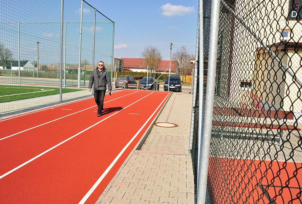 Multifunkční sportovní areál v sousedství základní školy v Hevlíně. Na snímku místostarosta Václav Čaj