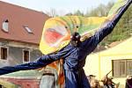 Happeningem a zahalením sochy vyvrcholil umělecký postoj Lubo Kristka k rozepři s vedením Vranova nad Dyjí.