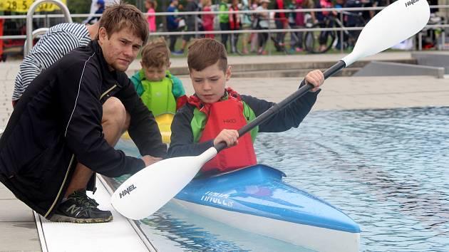 Na sedm set malých sportovců si vyzkoušelo šestnáct druhů sportů. Od plavby v malých kanoích, přes údery taekwo-do, floorbal, volejbal, až třeba po přetahování lanem.