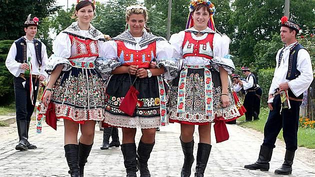 Krojovaná chasa zvala v Šatově na večerní posvícenskou zábavu.
