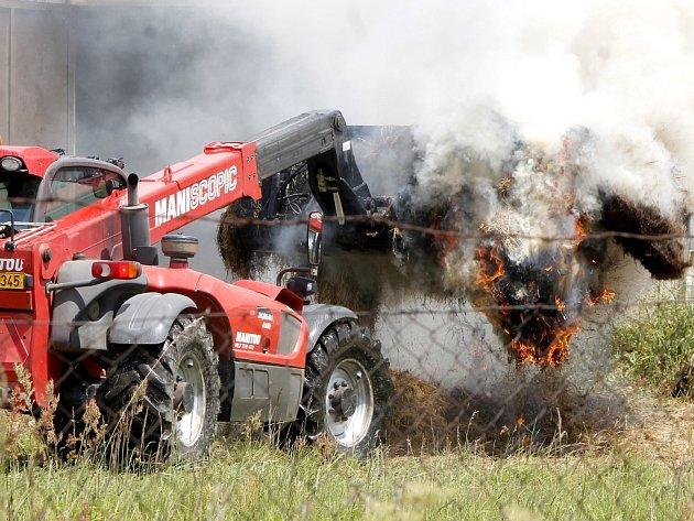 U Stálek hořel seník. Požár hasilo sedm jednotek hasičů.