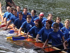 Rekordních dvanáct posádek se zúčastnilo 3. ročníku závodu dračích lodí na jevišovické přehradě.