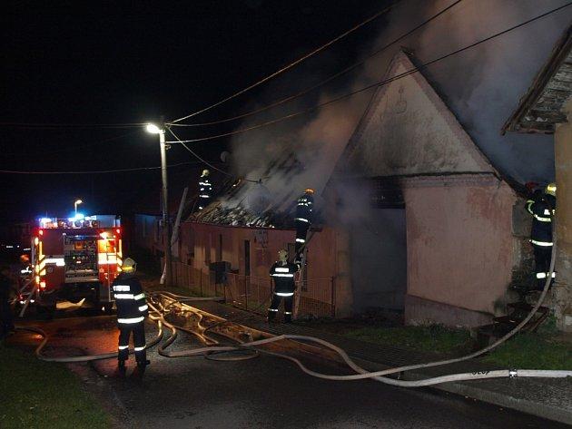 Zničená stodola, dům bez střechy a škoda téměř za milion korun. Takové jsou následky nočního požáru rodinného domu v Dyji u Znojma.