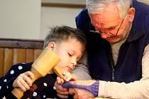 Především rodiny s malými dětmi zaplnily v sobotu miroslavský kulturní dům. Pořádal se zde tradiční Vánoční strom řemesel.