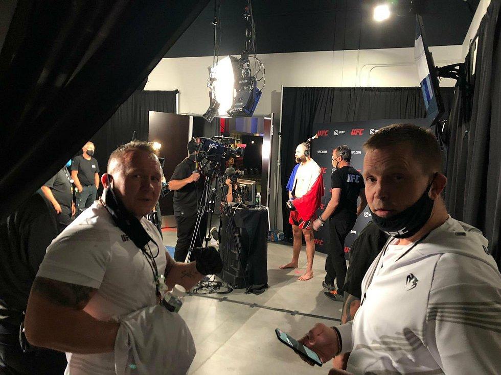 """MMA zápasník Jiří """"Denisa"""" Procházka si po bitvě plní mediální povinnosti."""