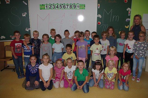 Základní škola Pražská ve Znojmě, žáci 1.C spaní učitelkou Radkou Vicanovou.
