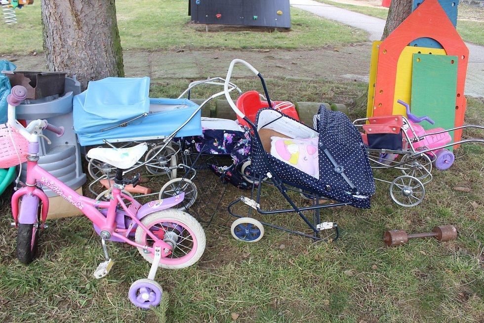 Smrk, který spadl při orkánu Sabina 10. února, připravil děti o pergolu i domeček s hračkami.