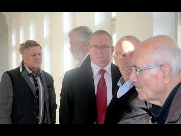 Na chodbě před soudní síní: exstarosta Znojma Zbyšek Kaššai zcela vlevo, druhý zprava Vladimír Krejčíř.