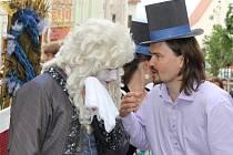 Hudební festival Znojmo byl oficiálně zahájený. Král Ludvík XIV. společně s průvodem hudebníků prošli centrem města.