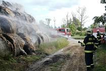 K požáru stohu balíkované slámy vyráželi ve středu odpoledne hasiči z Moravského Krumlova a Ivančic. Stoh hořel u Dobřínska.