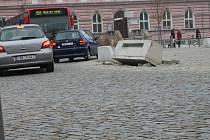 Na Komenského náměstí leží již asi tři týdny vyvrácený ozdobný kvádr, který v sobě skrývá osvětlení. Narazil do něj před časem autobus, kdy a zda jej nechá radnice opravit se redakci nepodařilo zjistit.