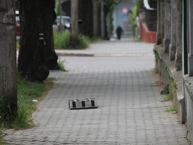 Nezvyklý způsob opravy uvolněných dlaždic v ulici 17. listopadu kolemjdoucí pobouřil.