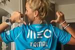 Maminka Matouše Trmala, Martina, je na svého syna hrdá. Občas oblékne doma i jeho dres.