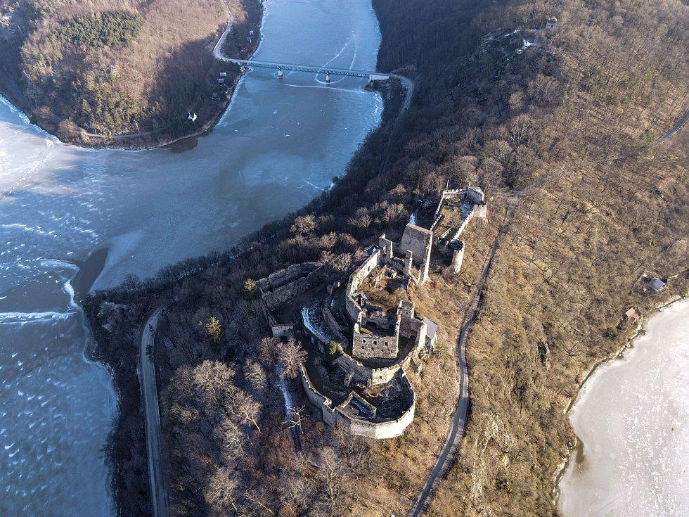 Pohledy z dronu létajícího kolem Bítova a Cornštejna.