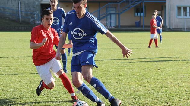 Fotbalisté Moravského Krumlova (v modrém) se už nyní připravují na další sezonu.