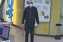Policií zveřejněné záběry související s přepadením banky v rakouském Retzu.