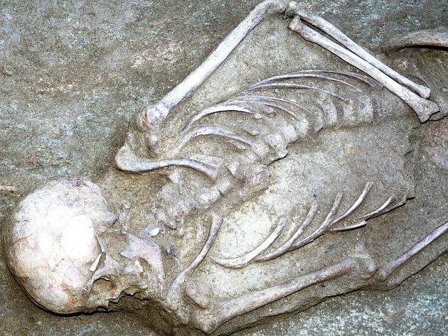 Kostru muže, pochovaného na dně zásobní jámy před téměř čtyřmi tisíci lety, našli archeologové zkoumající znojemské Horní náměstí.