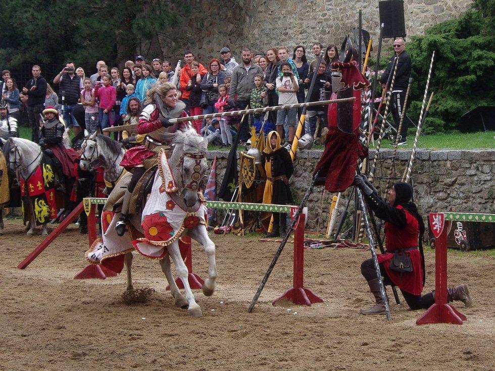 Tradiční Znojemské historické vinobrani ovládlo v pátek centrum města.U hradeb v Horním parku se opět konal jízdní rytířský turnaj.