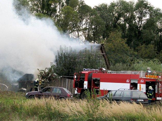 Hasiči zasahovali u požáru dřevěné boudy na zahradě u Sedlešovic a Znojma.