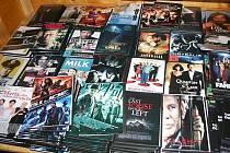 Šestačtyřicet padělků oděvů a více jak tři tisíce kusů CD a DVD nosičů zabavila hlídka mobilního dohledu Celního úřadu Znojmo v tržnici Epopej na bývalém hraničním přechodu Hevlín.